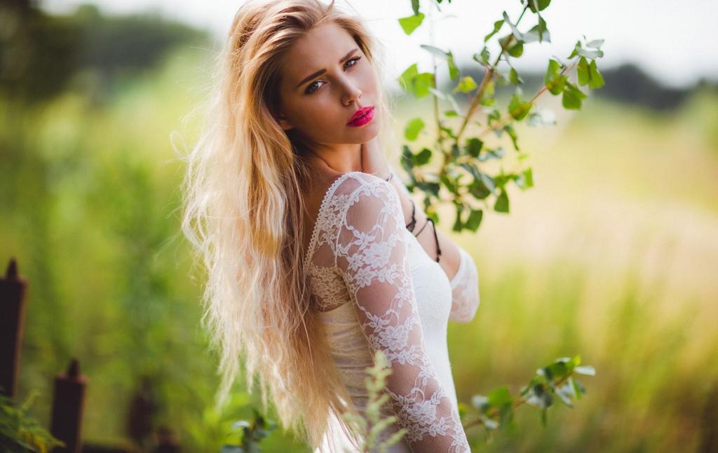 Blondes-Model-Wiese.jpg